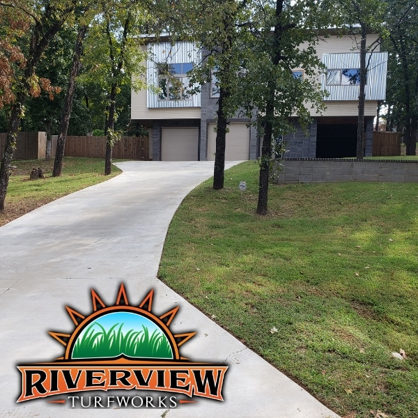 A front lawn that has recently been mowed by Riverview Turfworks.